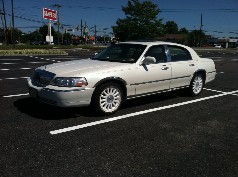 2005 lincoln town car signature limited sedan 4d page 2 view all 2005 lincoln town car. Black Bedroom Furniture Sets. Home Design Ideas