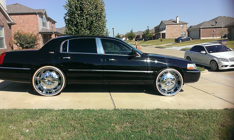 Bigstrangedubup 2005 Lincoln Town Carsignature Limited Sedan 4d S