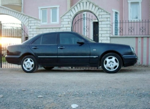 MY MERCEDES BENZ E200 1996 BEFORE ALL OF THOSE OTHER 3 CARS  - 16364865