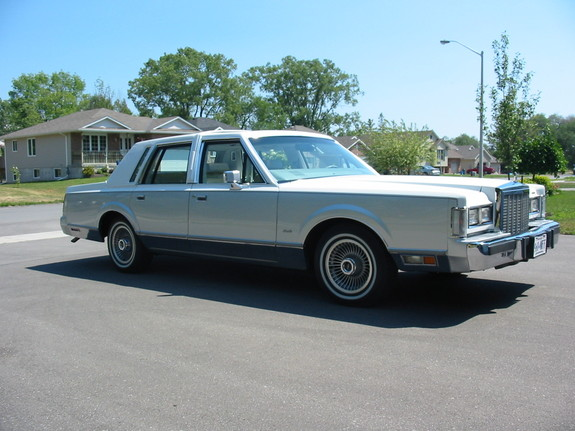 1985 Lincoln Town Car... I must resist!
