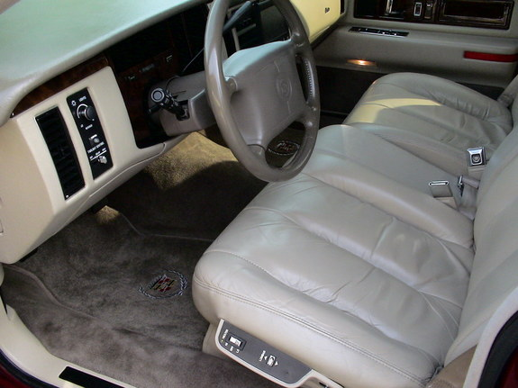 comparison 1991 lincoln town car signature series v 1994 cadillac fleetwood. Black Bedroom Furniture Sets. Home Design Ideas