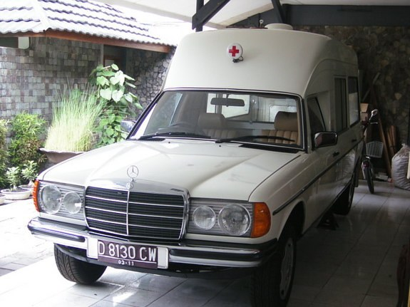 Another straat_jongen 1983 Mercedes-Benz 230 post... - 9406900