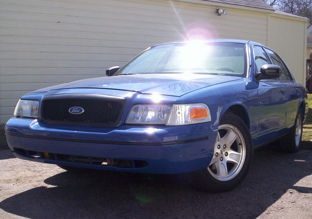 Law2687 2000 Ford Crown Victoria