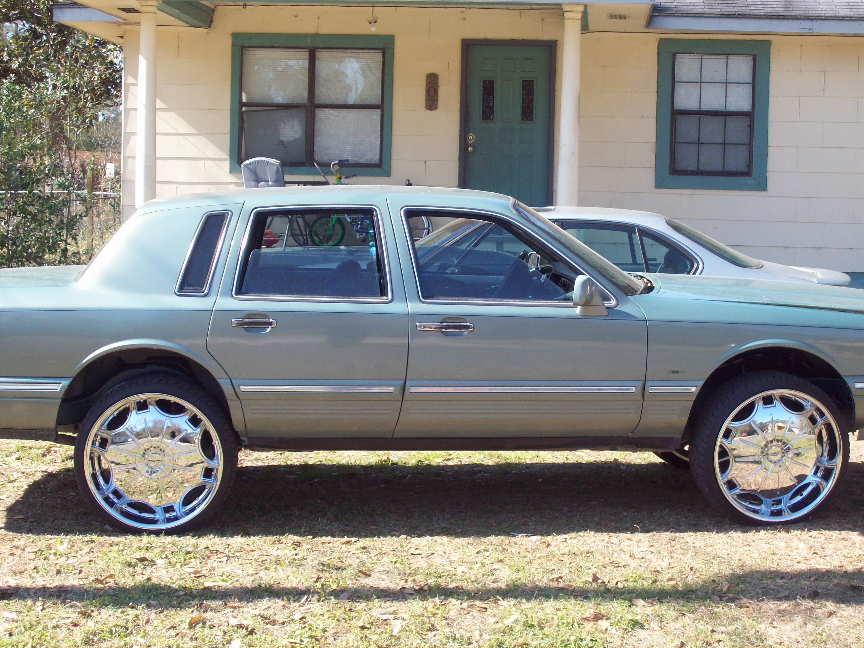 Messymelv09 1995 lincoln town car