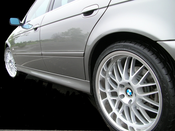 the 530i on 19s with curtains