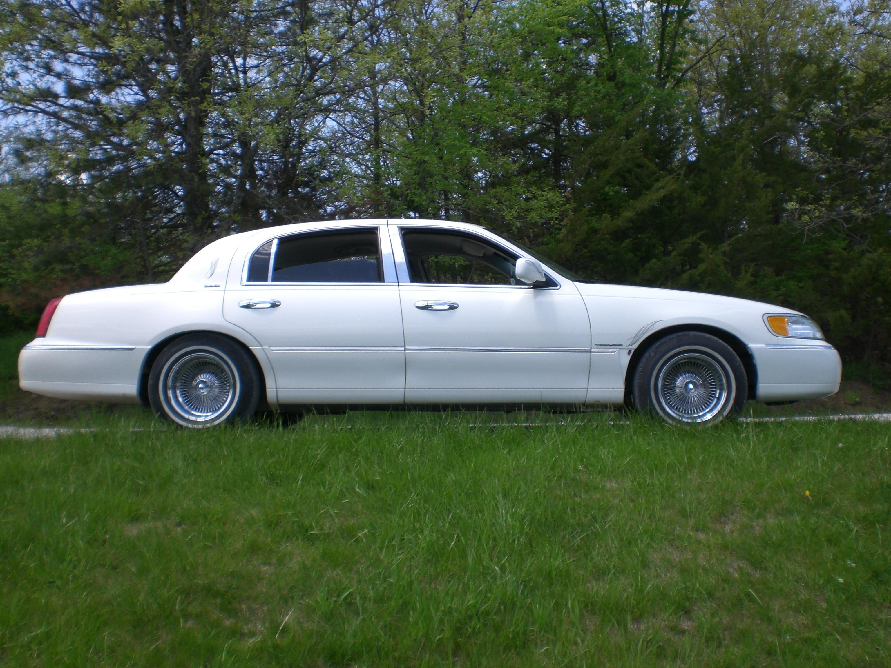 Chow89 2001 Lincoln Town Carexecutive Sedan 4d Specs Photos