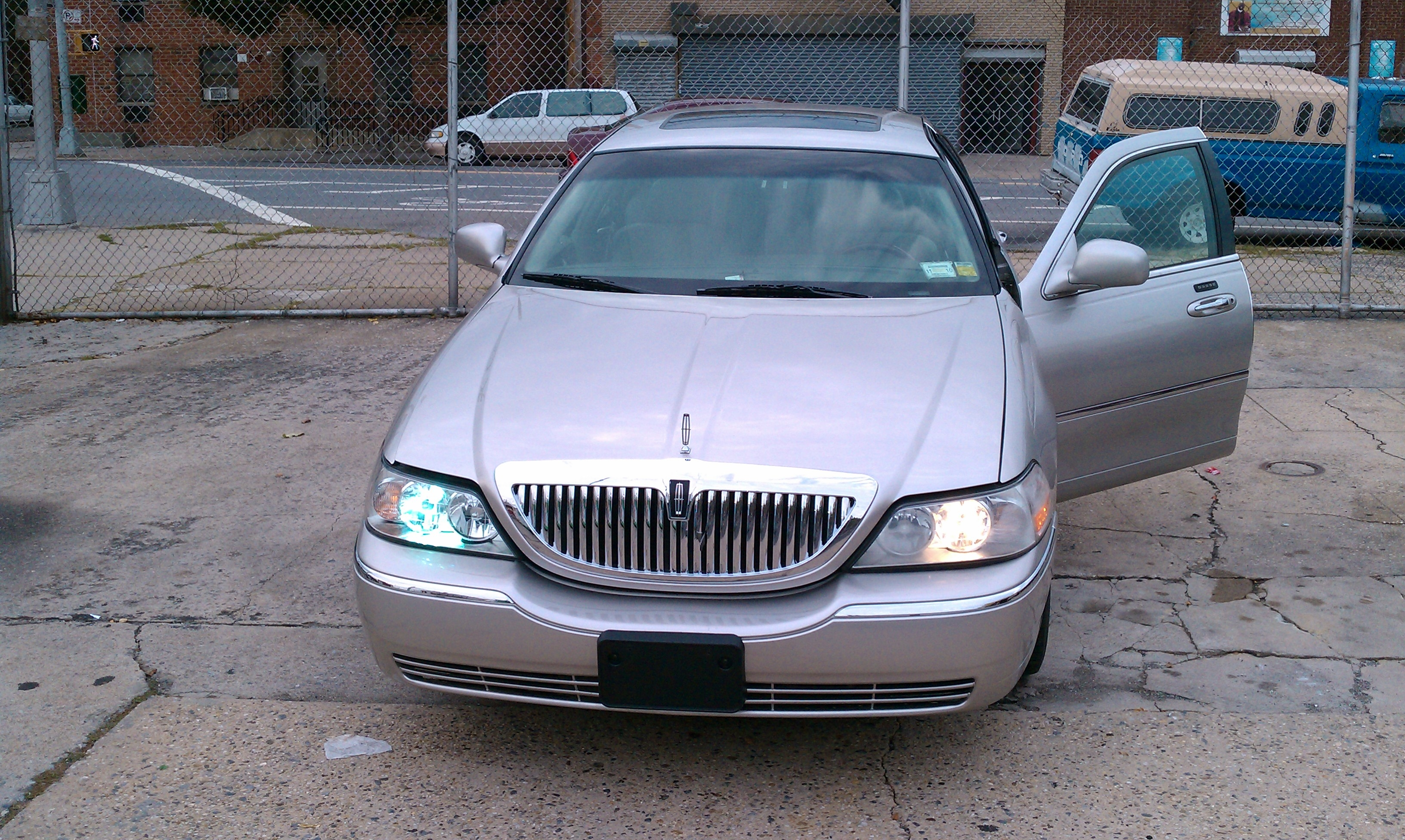 Urboypedro 2004 Lincoln Town Carultimate Sedan 4d Specs Photos