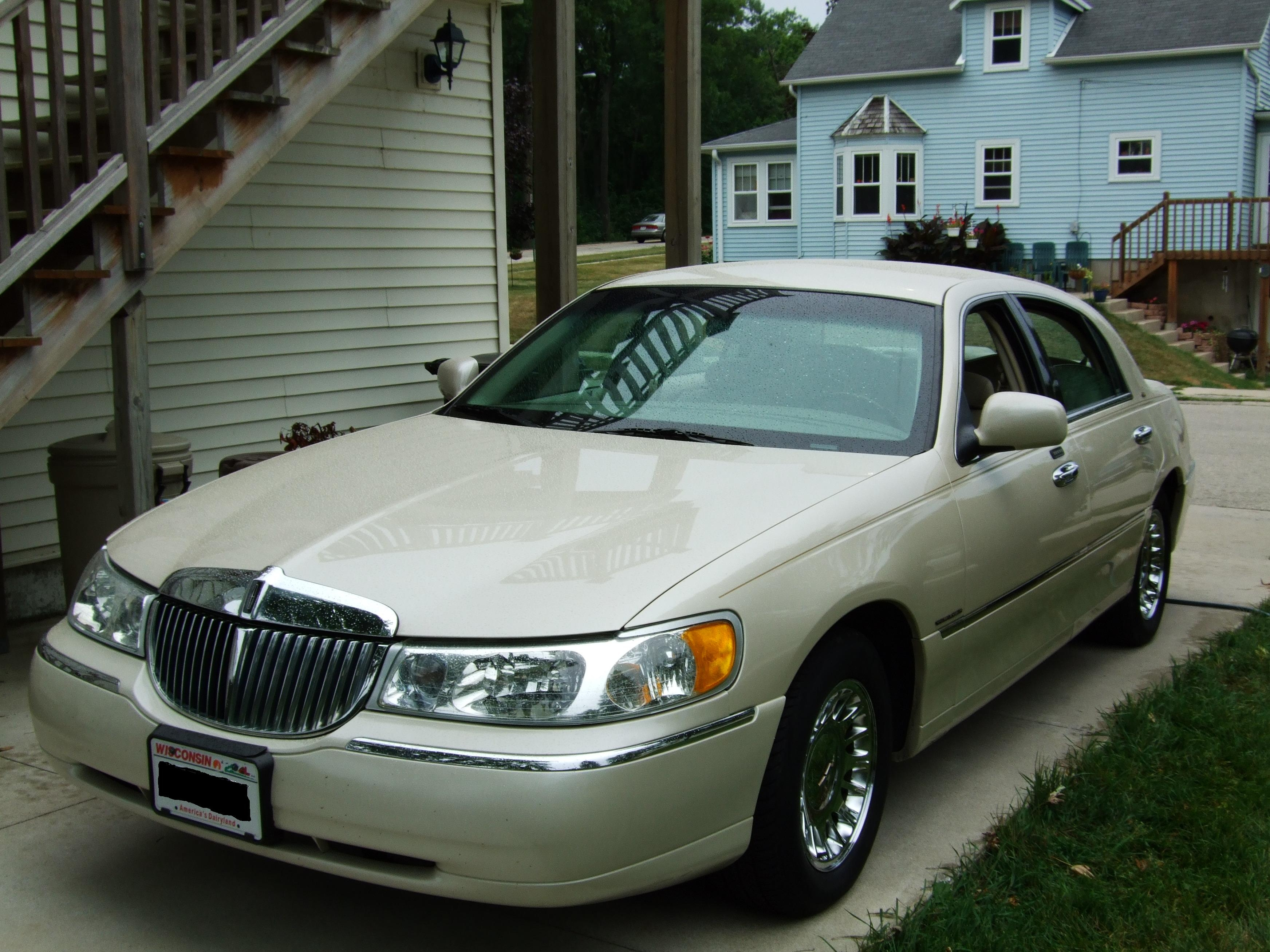 WisconsinCheese's 2002 Lincoln Town Car