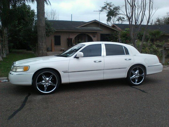 Lincolntowncar22 1999 Lincoln Town Carsignature Sedan 4d